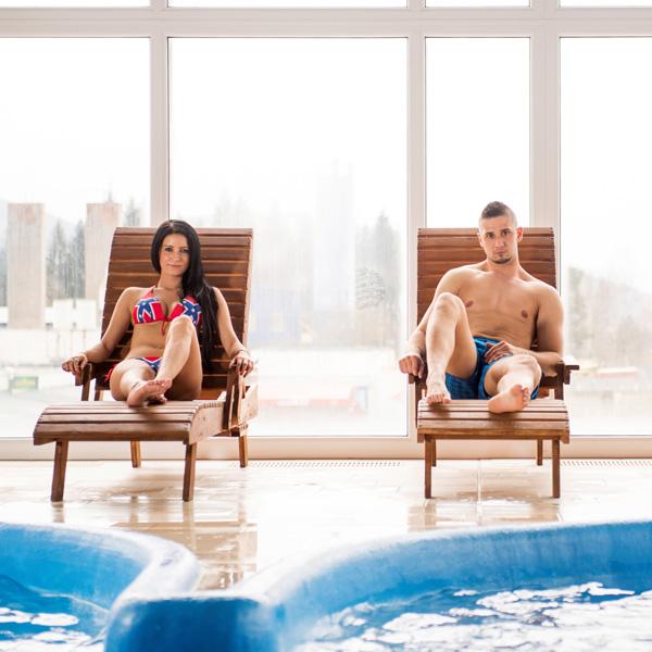 leżaki basen z masażem