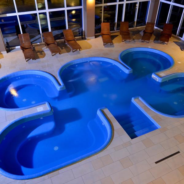 wewnętrzny basen z masażem