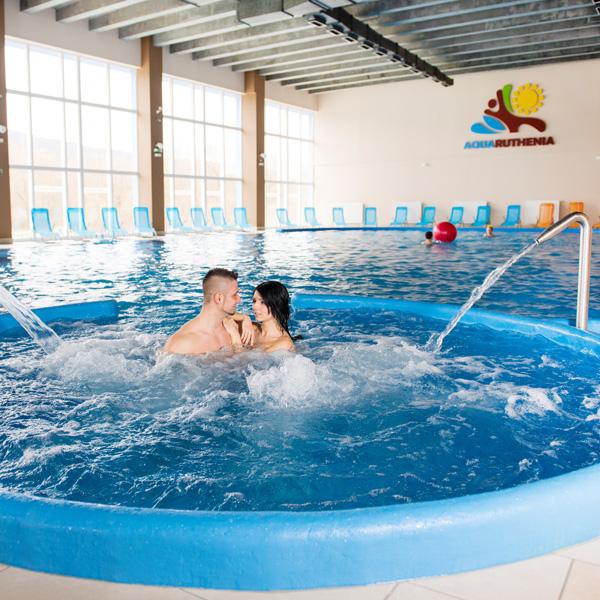 relaxačný bazén a vírivka s tryskami