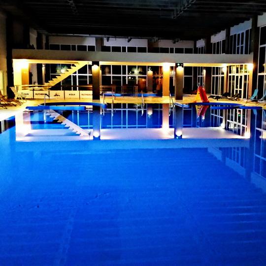 wewnętrzny basen pływacki wieczorem