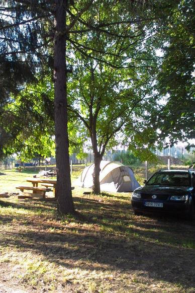 sedenie a priestor pre stany pod stromami