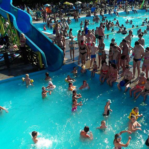 dojazdový bazén s maxi škýkalkou