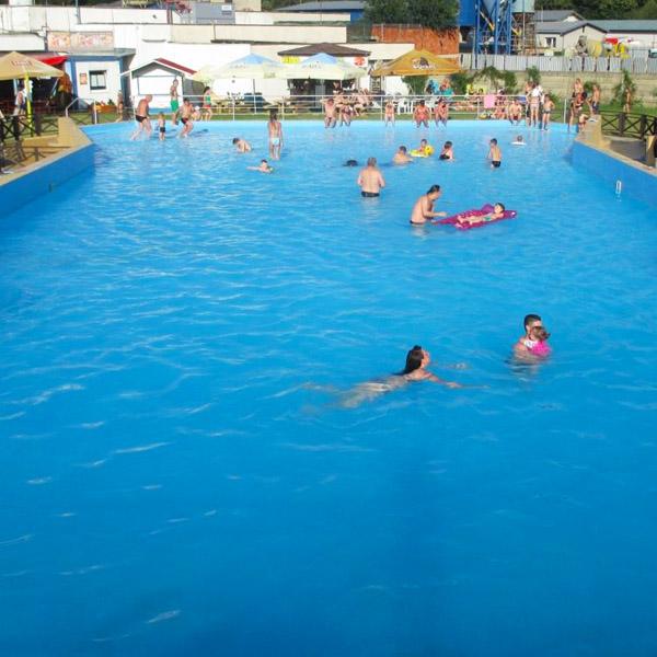 bazén s umelými vlnami počas prestávky