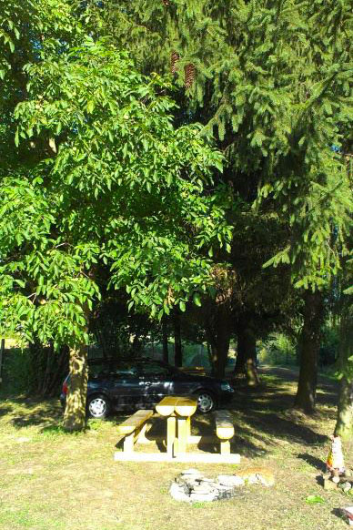 chládok a sedenie pod korunami stromov
