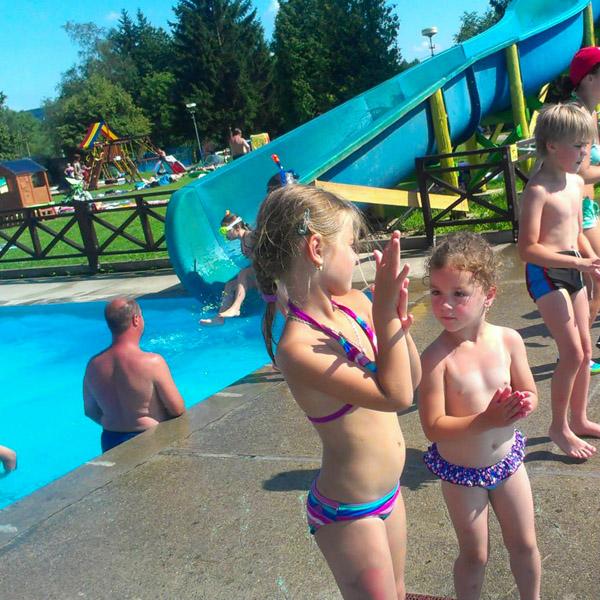 deti pri bazéne