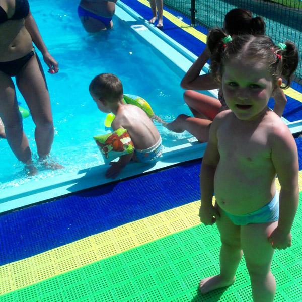 piękna dziewczyna przy basenie