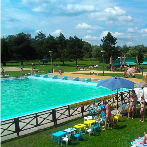 letni basen pływacki, animacje i ratownik