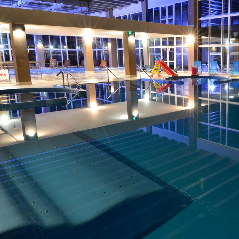 wodne miejsca leżące z masażem w basenie relaksacyjnym