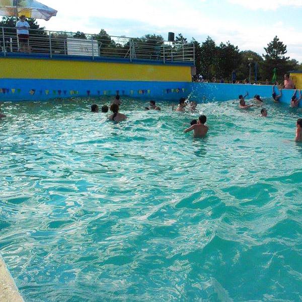 pohľad na umelé vlny z roha bazénu