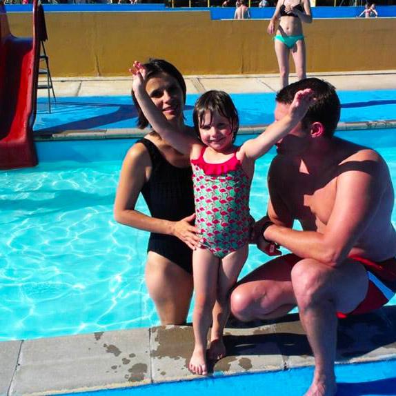 wesoła rodzina przy basenie dziecięcym