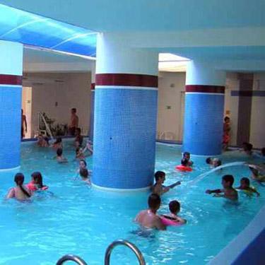 trysky v teplej vode krytého letného bazénu