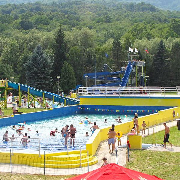 bazén s umelými vlnami