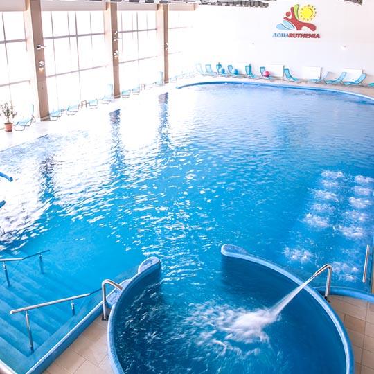 vnútorný plavecký bazén večer